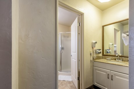 Lone Oak Lodge - Guest Bathroom